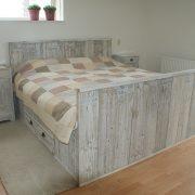 2 Persoonsbed met laden, nachtkastjes en verhoogd voeteneind