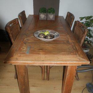 Eetkamer tafel bruin gebeitst
